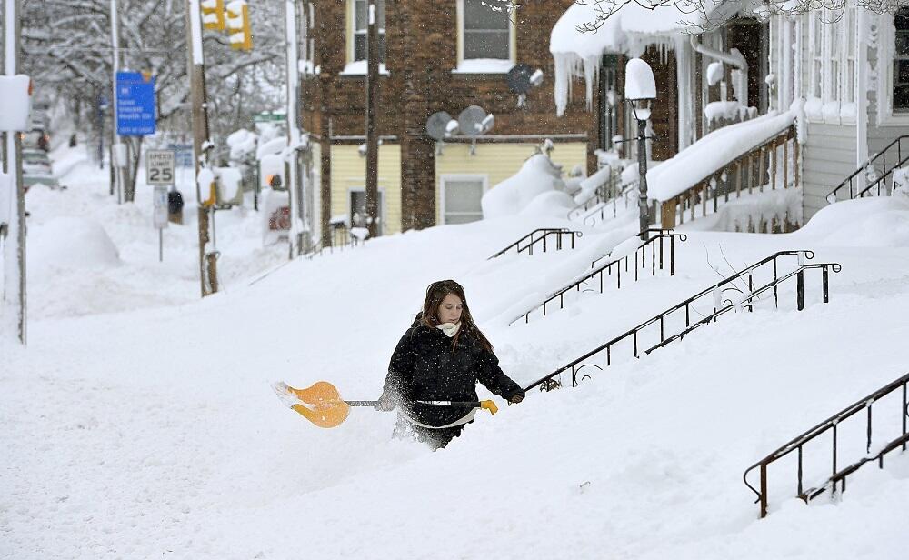 Rochelle Carlotti, de 28 años, quita nieve de los escalones de su casa e...