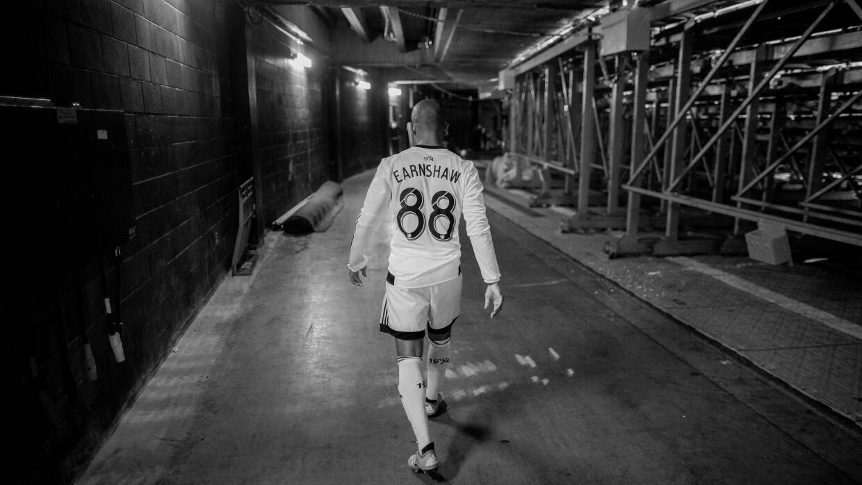 Robert Eanrshaw caminando dentro de un estadio