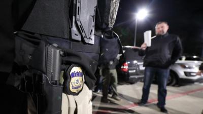 En enero, agentes de ICE también arrestaron a decenas de inmigran...