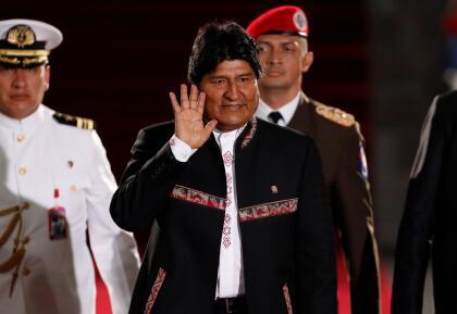 """Evo Morales, presidente de Bolivia. Ocupa el cargo desde 2006 y <a href=""""https://www.univision.com/noticias/america-latina/evo-morales-hasta-2025-los-hitos-del-presidente-de-bolivia-para-aferrarse-al-poder"""">aunque a los bolivianos rechazaron una nueva reelección en un referendo</a>, el Tribunal Electoral dio luz verde para que pueda presentarse nuevamente en los comicios de 2019. Con esta jugada política contradice la Constitución Política que él mismo promulgó en 2009 y que permite un máximo de dos períodos presidenciales continuos."""
