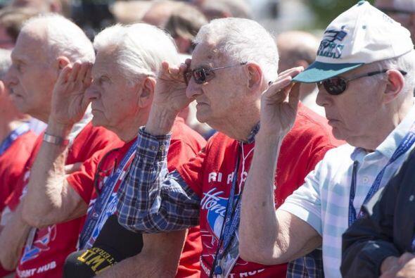 Veteranos de la Segunda Guerra Mundial escuchan un discurso sobre las ha...