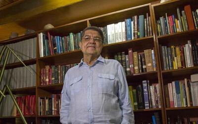 El escritor y periodista Sergio Ramírez posa en su casa de Managu...