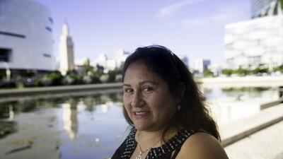 El conmovedor encuentro de una inmigrante con su hijo por primera vez en 14 años