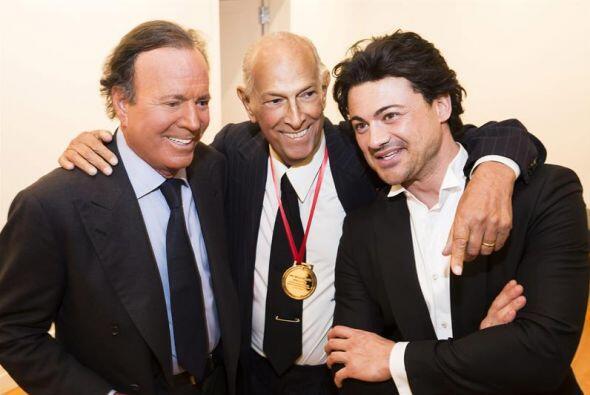 El famoso diseñador dominicano Oscar de la Renta, junto al cantan...