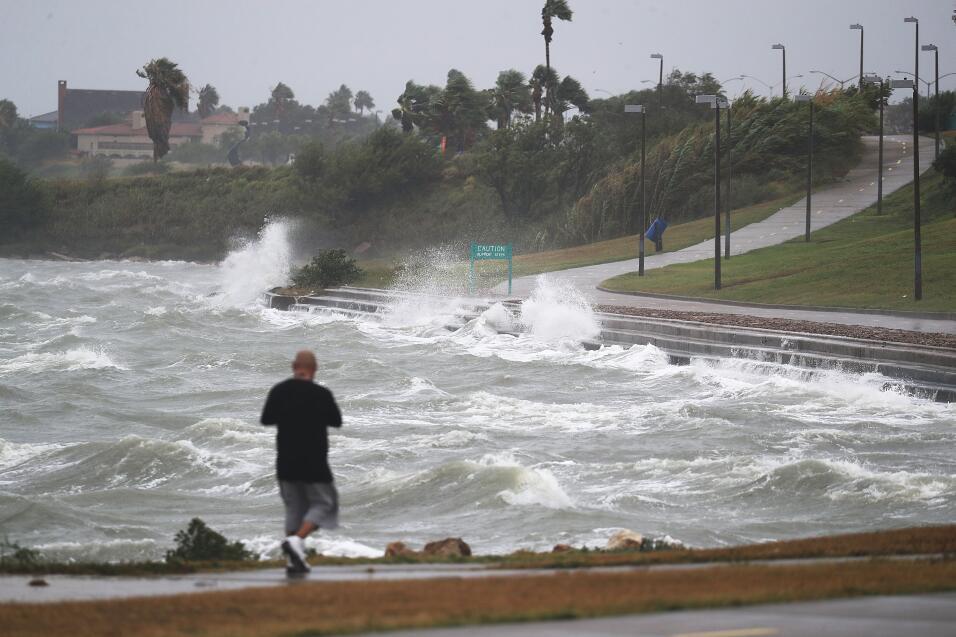 El mar comienza a golpear con fuerza inusual la costa de Corpus Christi,...