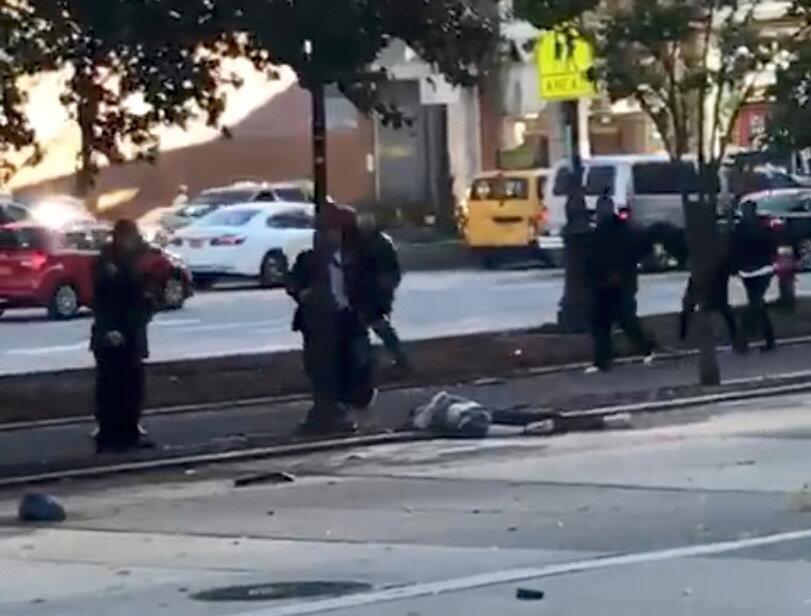 Un cuerpo cubierto en la ciclovía donde fue ocurrió el arrollamiento.