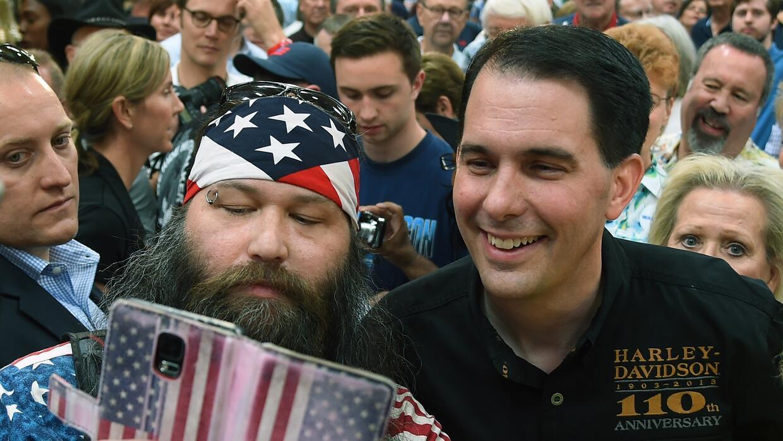 Un simpatizante de Scott Walker se hace un selfie con el candidato