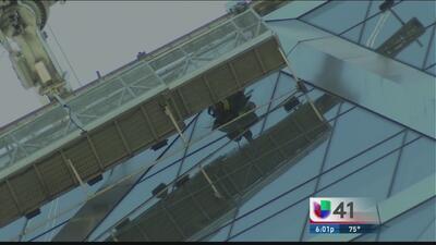 Dramático rescate de dos limpiadores de ventanas