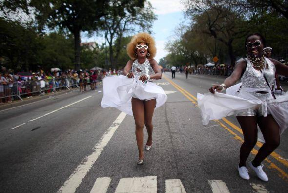 Participantes vestidas como Marylin Monroe caminan a través del desfile.