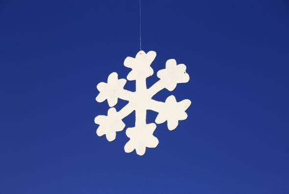 Navidad blanca. Recorten copos de nieve de papel y formen una bella guir...