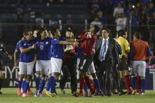 Y la gresca creció, el auxiliar de Cruz Azul ,Salvador Reyes tiró un rod...