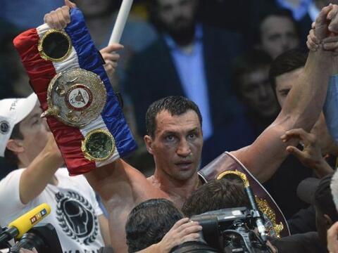 El ucraniano Wladimir Klitschko retuvo los cinturones del peso pesado de...