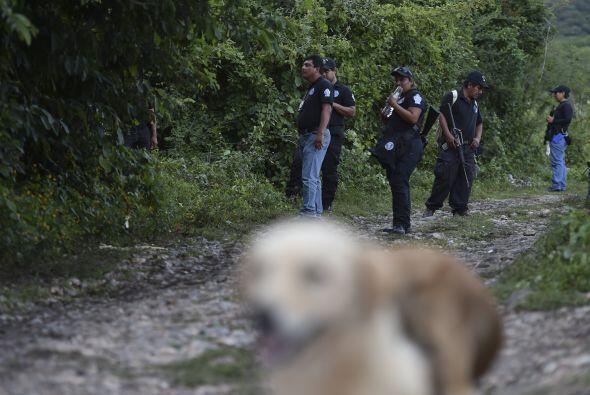 Algunos policías hacen guardia en Pueblo Viejo, en las afueras de Iguala,