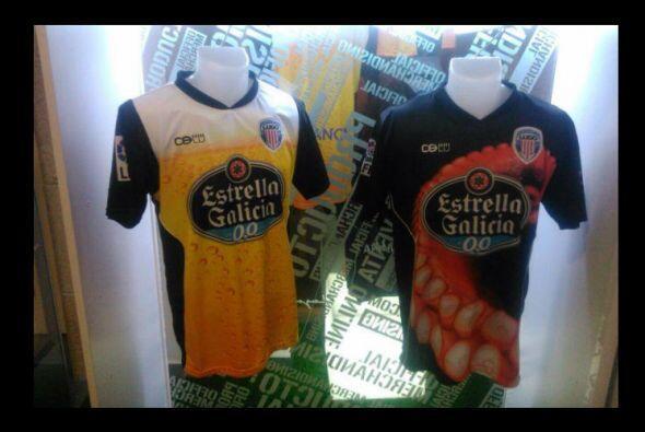 Los uniformes del Club Deportivo Lugo de la segunda división de España s...