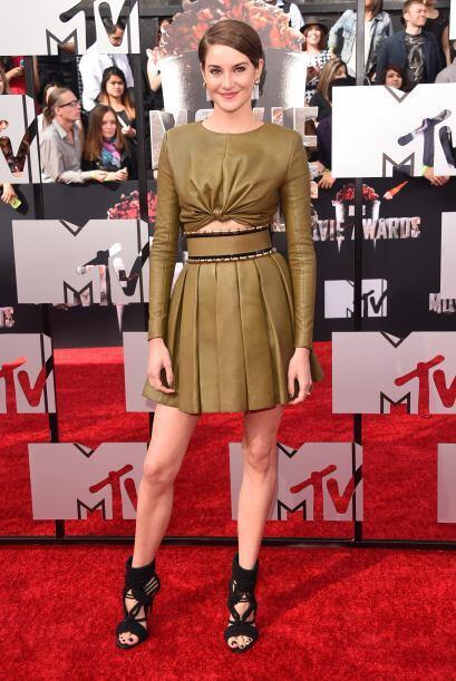 Shailene y su vestido en tono olivo. Mira aquí los videos más chismosos.