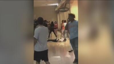 En video: Violenta pelea masiva entre adolescentes en un centro comercial de Texas