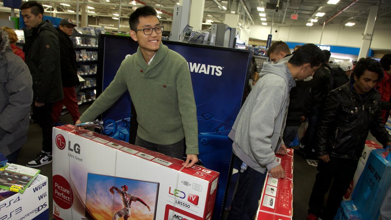 Consumidores se dirigen a las tiendas de electrónica después de su cena.
