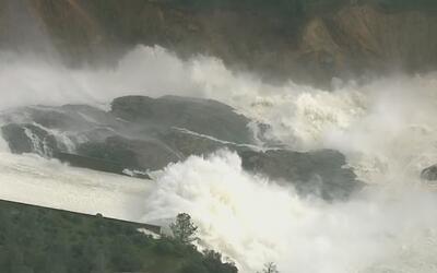 Evacúan a unas 130,000 personas por daños en la represa Oroville, Califo...