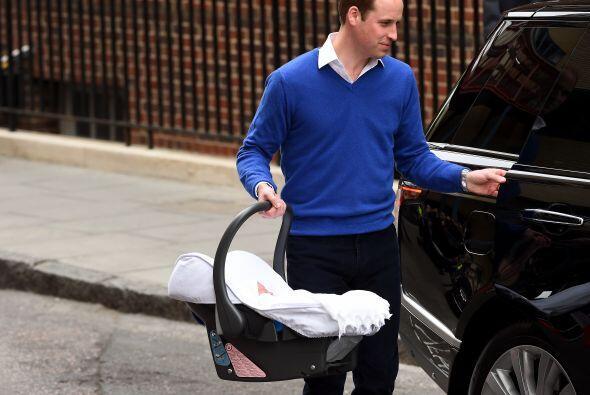 William colocó a la princesa en la parte trasera del auto.