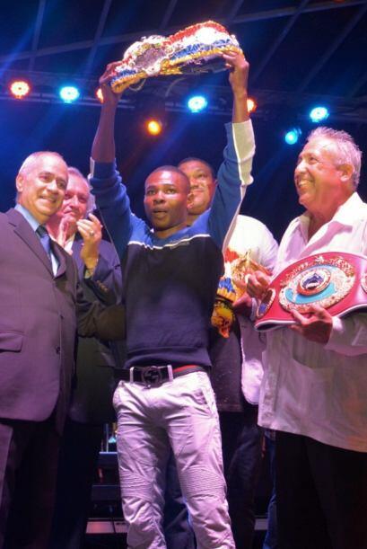 Guillermo Rigondeaux recibió el cinturón de campeón...