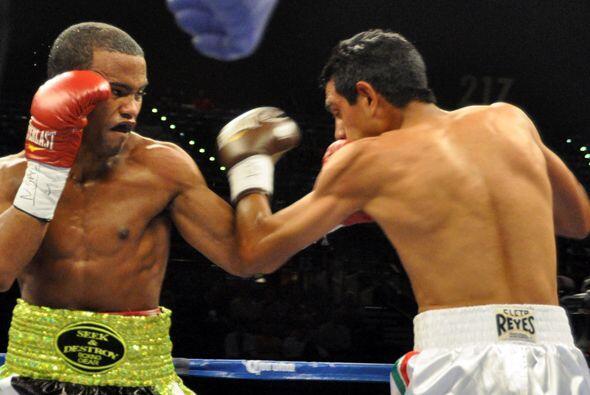 Braulio Santos estremeció con sus golpes a Sandoval en el primer round.