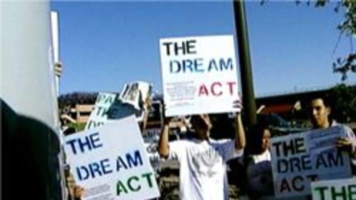 Estudiantes marchando en protesta sobre dream act
