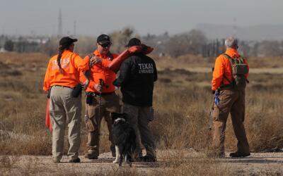 Miembros del equipo de búsqueda y rescate de Texas acompañ...