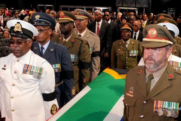 El féretro recorrió el trayecto, entre la casa de Mandela y la carpa, en...