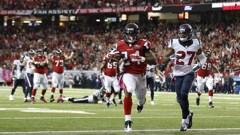 Devonta Freeman repitió una actuación de tres touchdowns y...