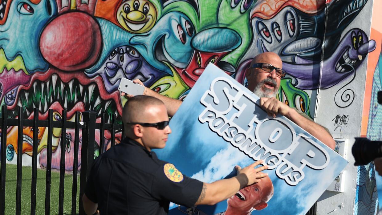 """Un hombre protesta contra las fumigaciones con NALED. """"Deja de enve..."""