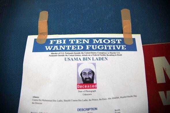 Un letrero con la foto del hombre que fue el más buscado en el mundo fue...