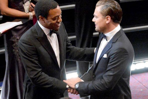 Wow!, un apretón de manos de DiCaprio a Chiwetel Ejiofore, seguramente r...