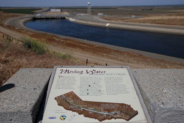 El acueducto de California, con un caudal de agua muy bajo, a su paso po...