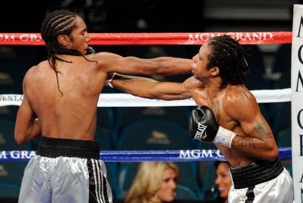 En un combate preliminar, los debutantes locales Kyrone Butler y Cassius...