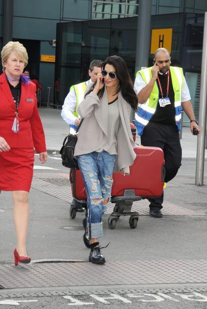 La vimos muy sonriente y con una enorme maleta.Mira aquí lo último en ch...