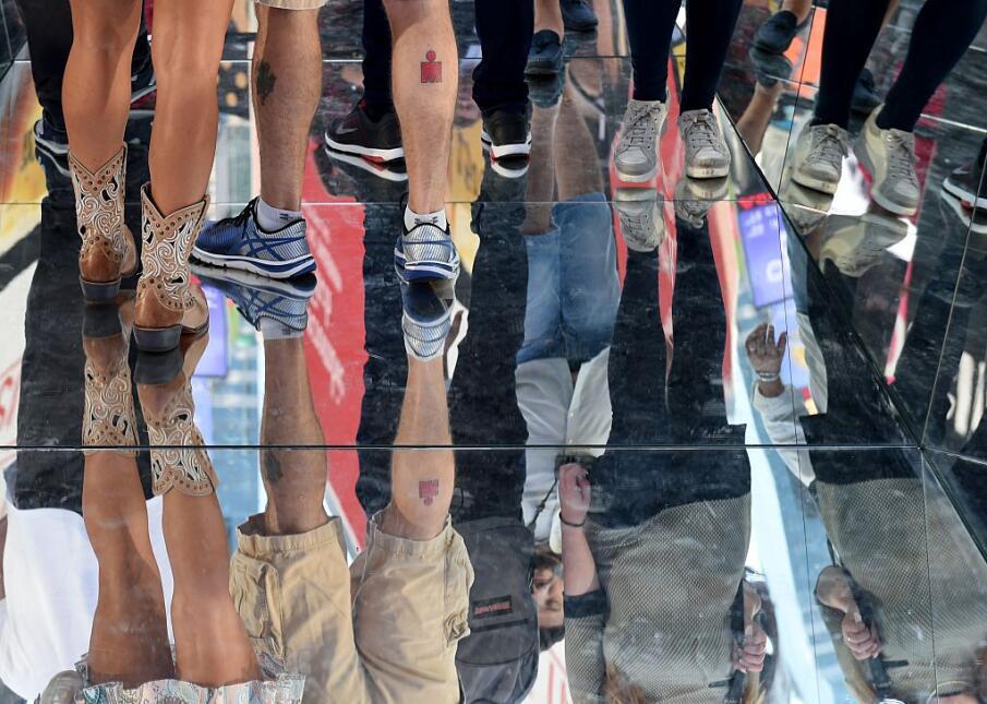 La instalación, compuesta de una superficie de espejos y paredes reflect...