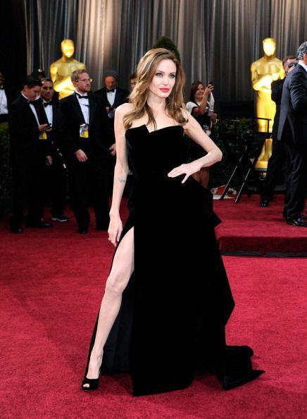 Otra belleza que no se quedó atrás en esa gala fue Angelina Jolie con un...