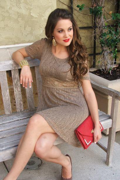 Si tu elección es un vestido en dorado puedes combinarlo con una cartera...