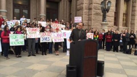 Decenas de personas se manifestaron frente al Capitolio texano para pedi...