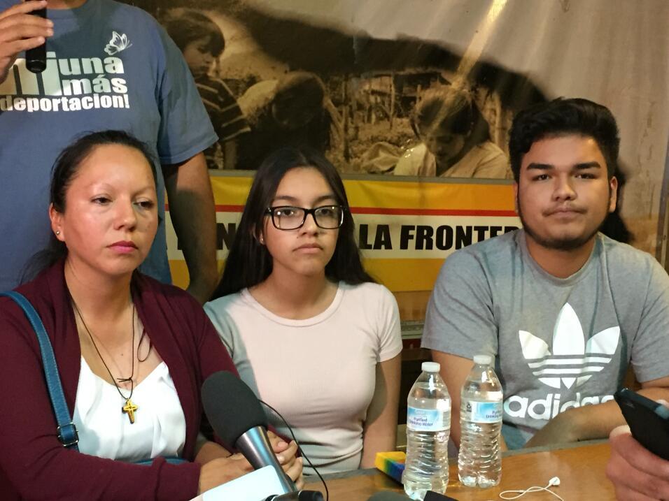 Guadalupe García acompañada de sus dos hijos horas después de ser deportada