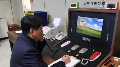 Un funcionario del gobierno de Corea del Sur comprueba la línea directa...