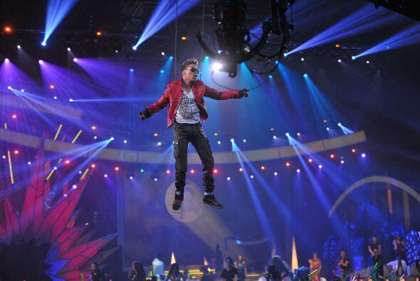 Por más de un minuto, el cantante estuvo sujetado a un arnés y voló sobr...