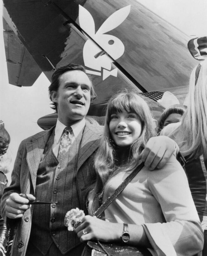 Hugh Hefner en una foto de agosto de 1970 con su entonces novia la actri...