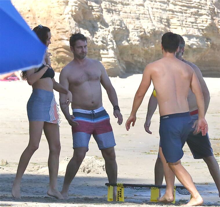 Gerard Butler jugando en la playa