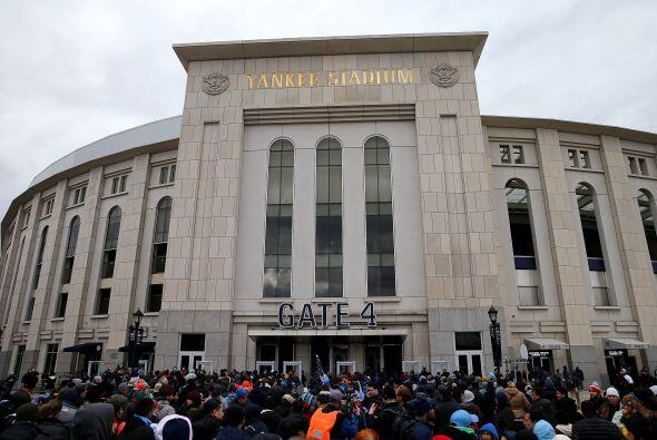 Los aficionados se congregaron desde varias horas antes del partido para...