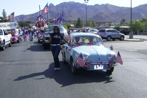 Como parte del desfile, pudimos ver estas patrullas y autos de antaño.