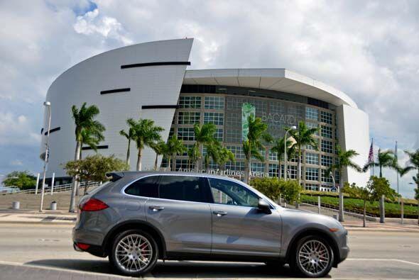 La Porsche Cayenne Turbo 2011 frente a la American Airlines Arena, donde...