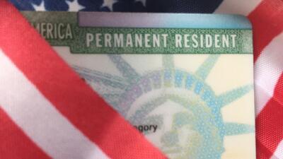 La más reciente versión de la green card tiene varios colores, predomina...