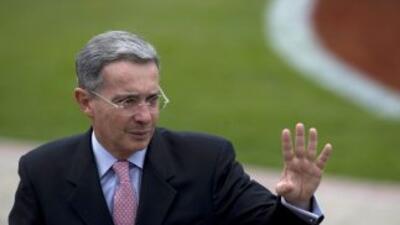 El saliente presidente de Colombia, Alvaro Uribe, pidió apoyo para su su...