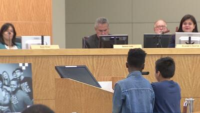 Alcalde de Houston pide un año de plazo para mejorar el nivel académico de 10 escuelas